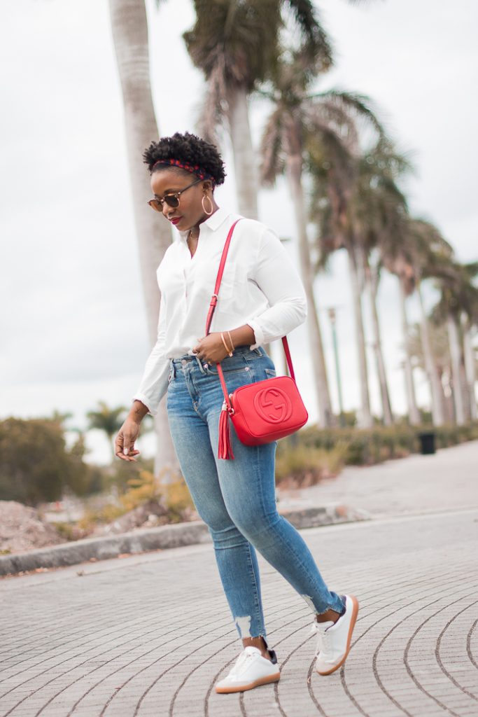 minimal-outfit-with-white-shirt-high-waist-jeans-sneakers-and-red-bag