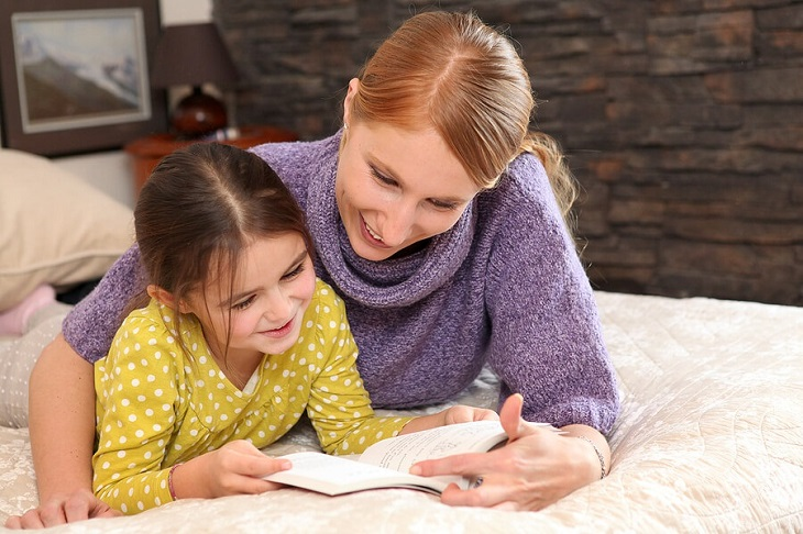 Girl_reading_with_mom